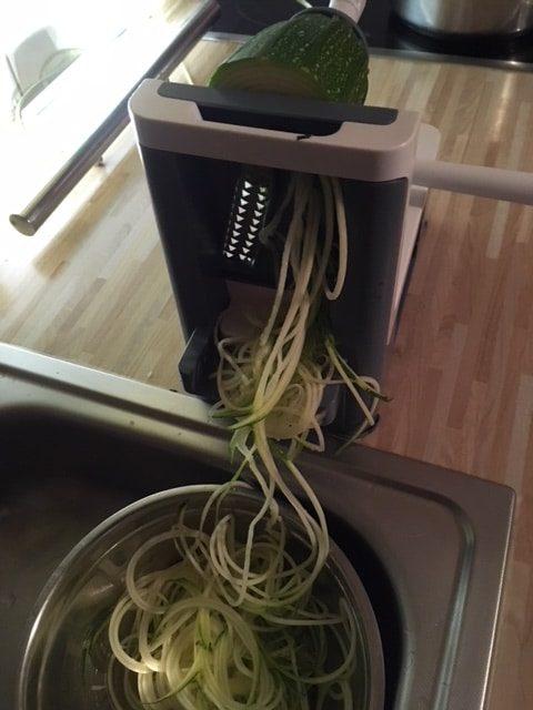 Spiralschneider in Aktion mit Zucchini-Nudeln