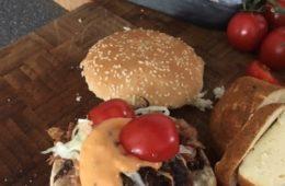 Leckeren Pulled Pork Burger mit Fleisch aus dem Smoker zubereiten