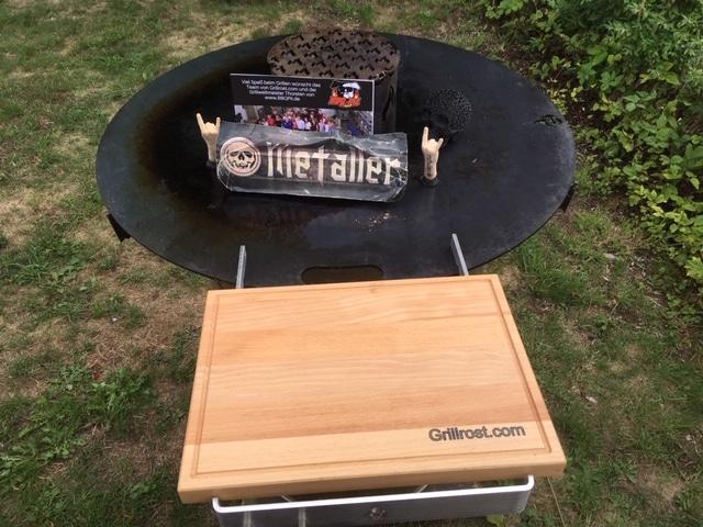 Feuerfass und Feuerplatte mit Holzbretthalter von Grillrost.com
