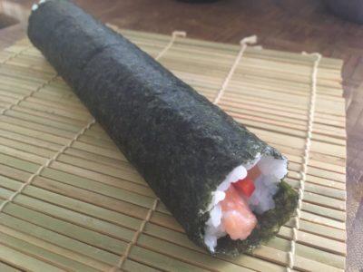 Sushi auf der Matte rollen