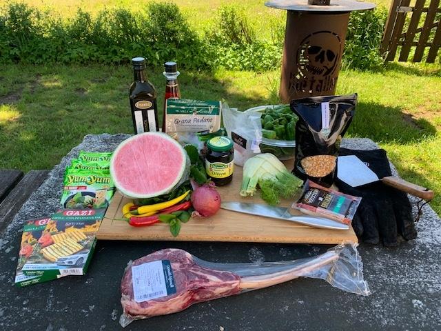 Tomahawk Steak auf der Feuerplatte mit Pesto und Melonensalsa