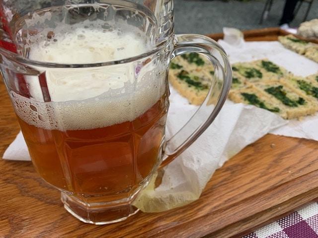 Tolle Brotzeit: Lecker Hanfbier und Hanfbrot mit Bärlauch