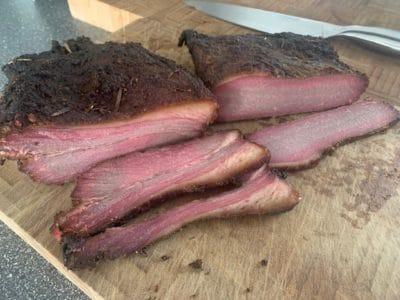 Beef Brisket vom Angus im Monolith mit Hanfsamen smoken