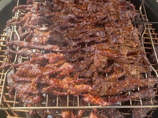 Beef Jerky aus Rouladen vom Angus im Monolith mit Hanf räuchern