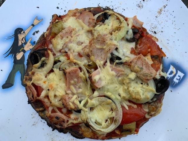 Pizza vom Pizzaaufsatz (Pizzabox) für die Feuerplatte