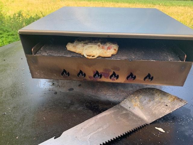 Pizzaufsatz (Pizzabox) für die Feuerplatte und die Grillmachete von Grillrost.com